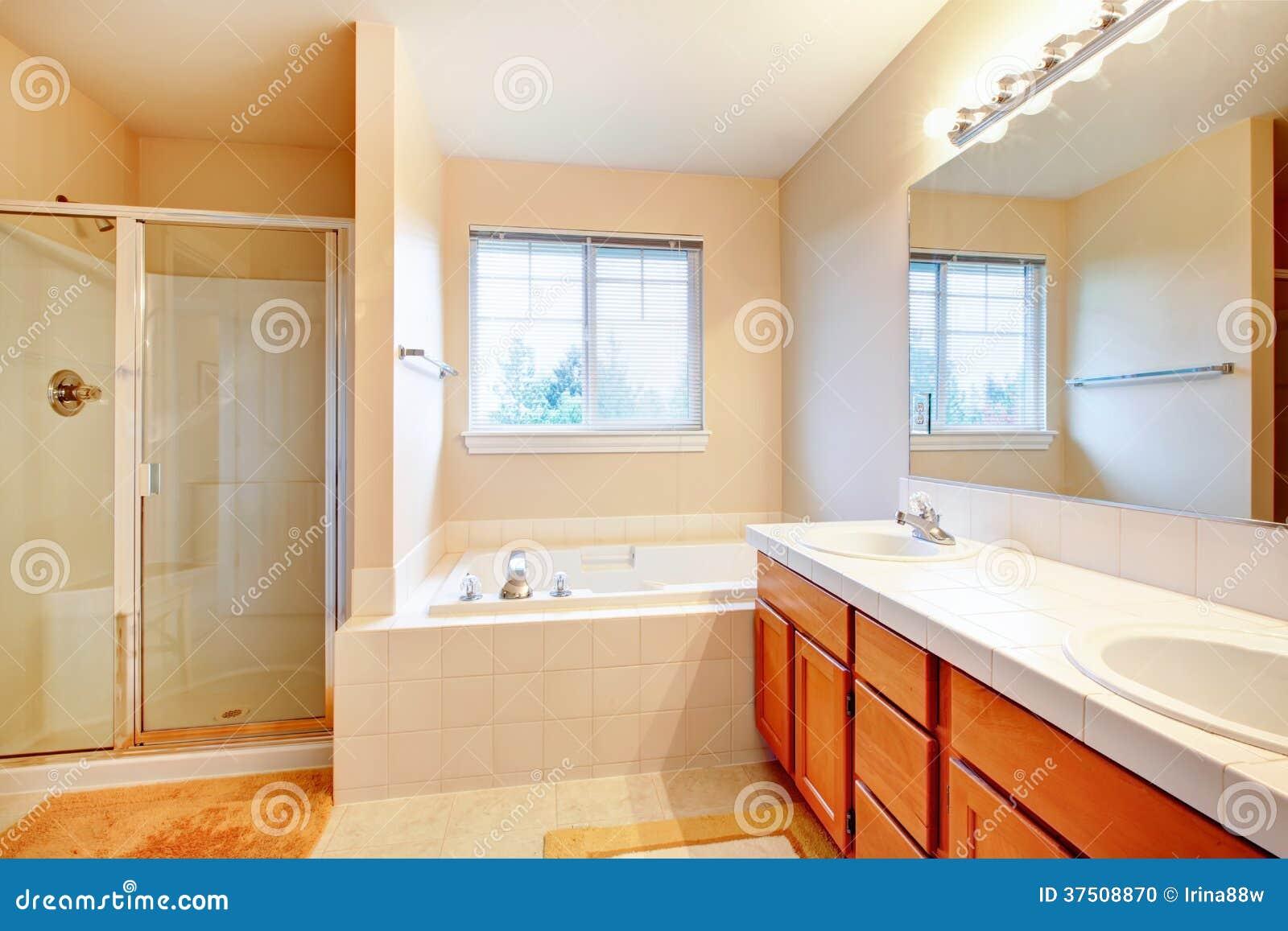 Bello bagno molle di toni con la doccia ed il mulinello for Bagno con doccia