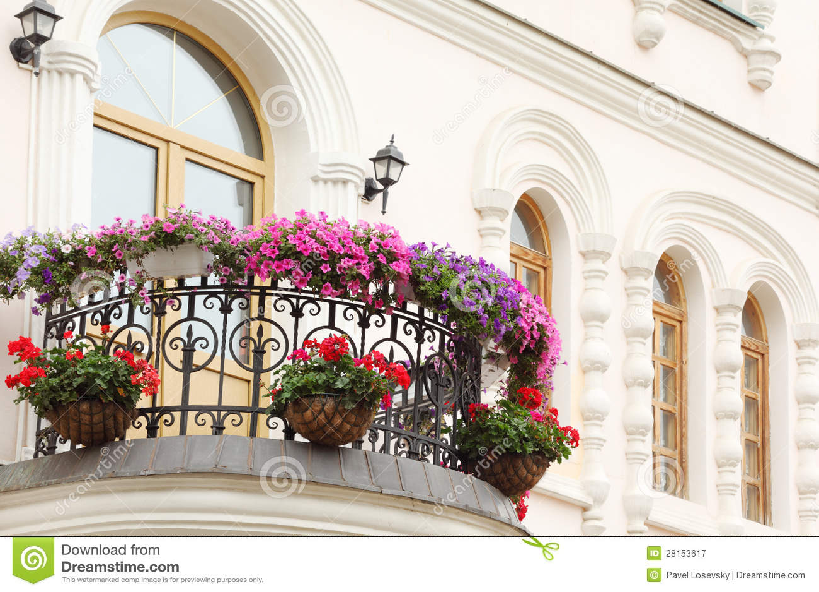 Bello balcone con i fiori e le finestre della casa for Programma di disegno della casa libera