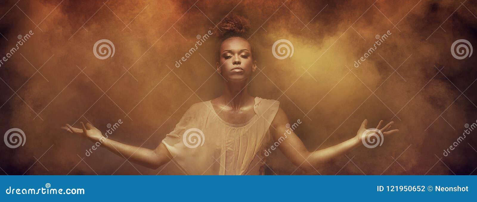 Bello ballerino della ragazza di afro sopra polvere