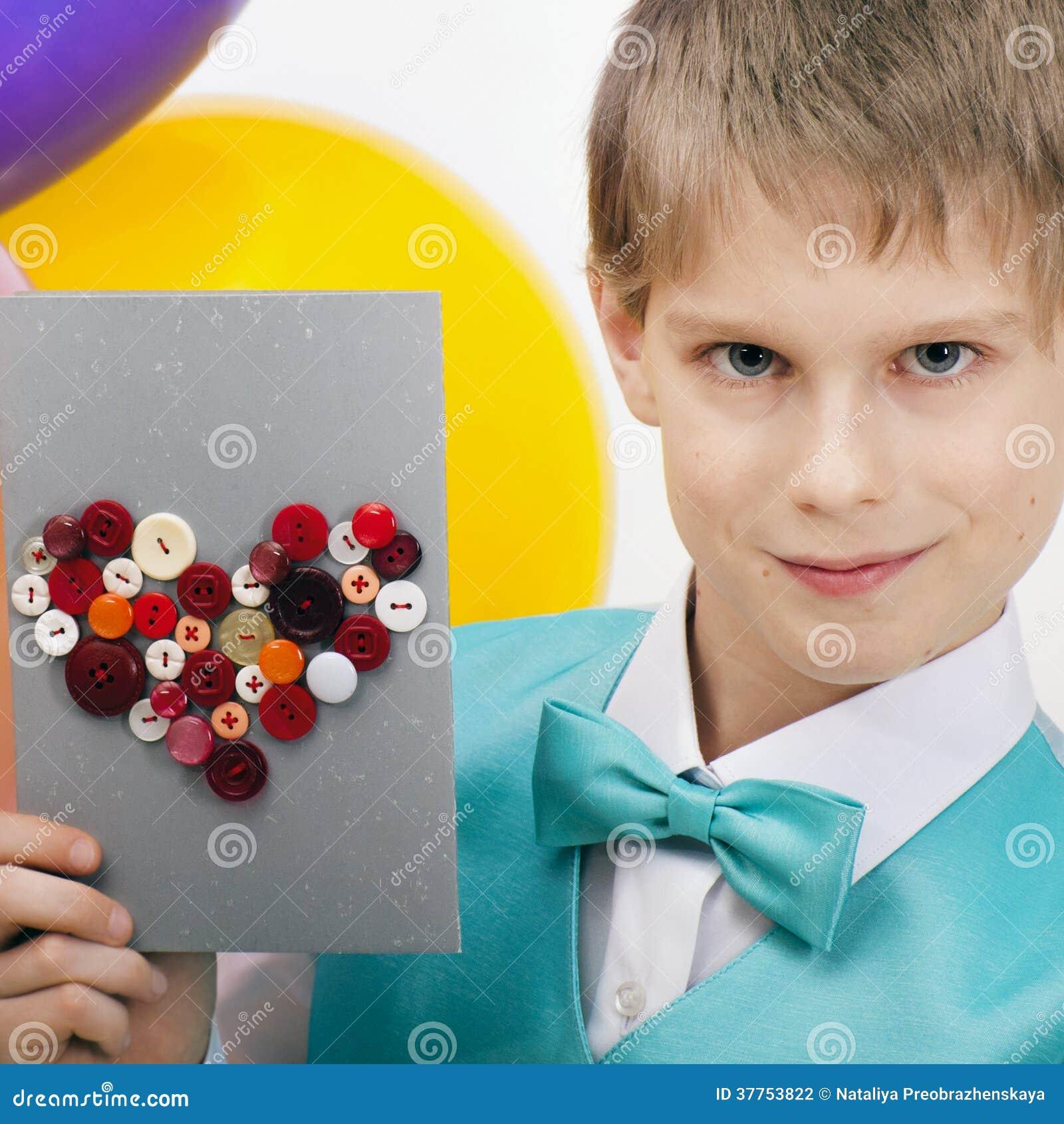 Bello bambino con la cartolina