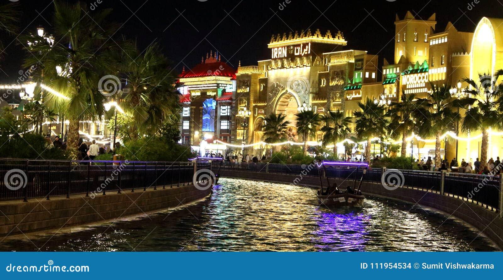 Bello canale del villaggio globale Dubai