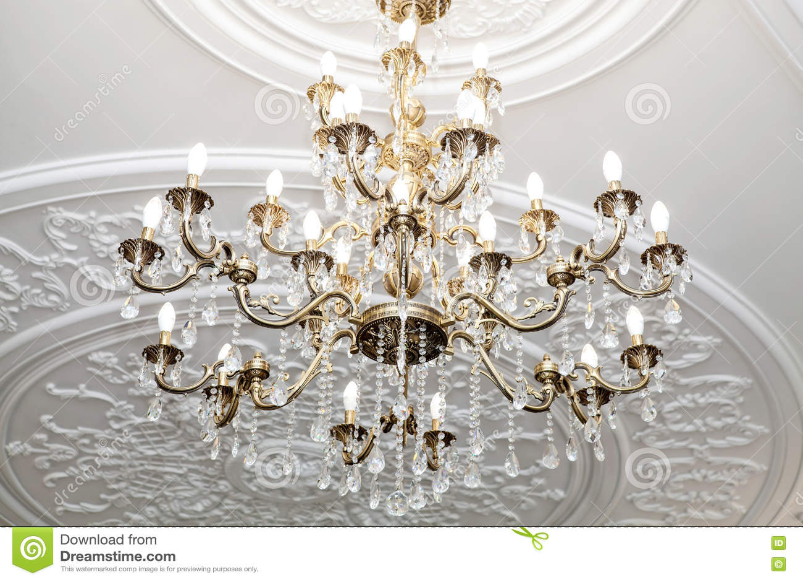 Plafoniere In Cristallo A Soffitto : Bello candeliere a cristallo sul soffitto immagine stock