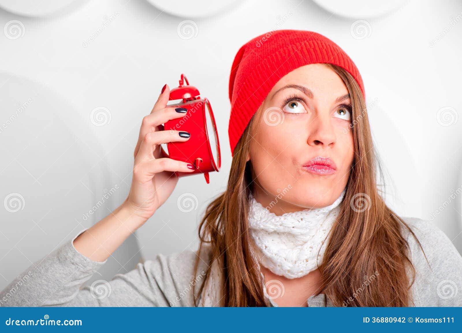 Download Bello Castana In Una Sveglia D'ascolto Del Cappello Rosso Fotografia Stock - Immagine di scadenza, lifestyles: 36880942