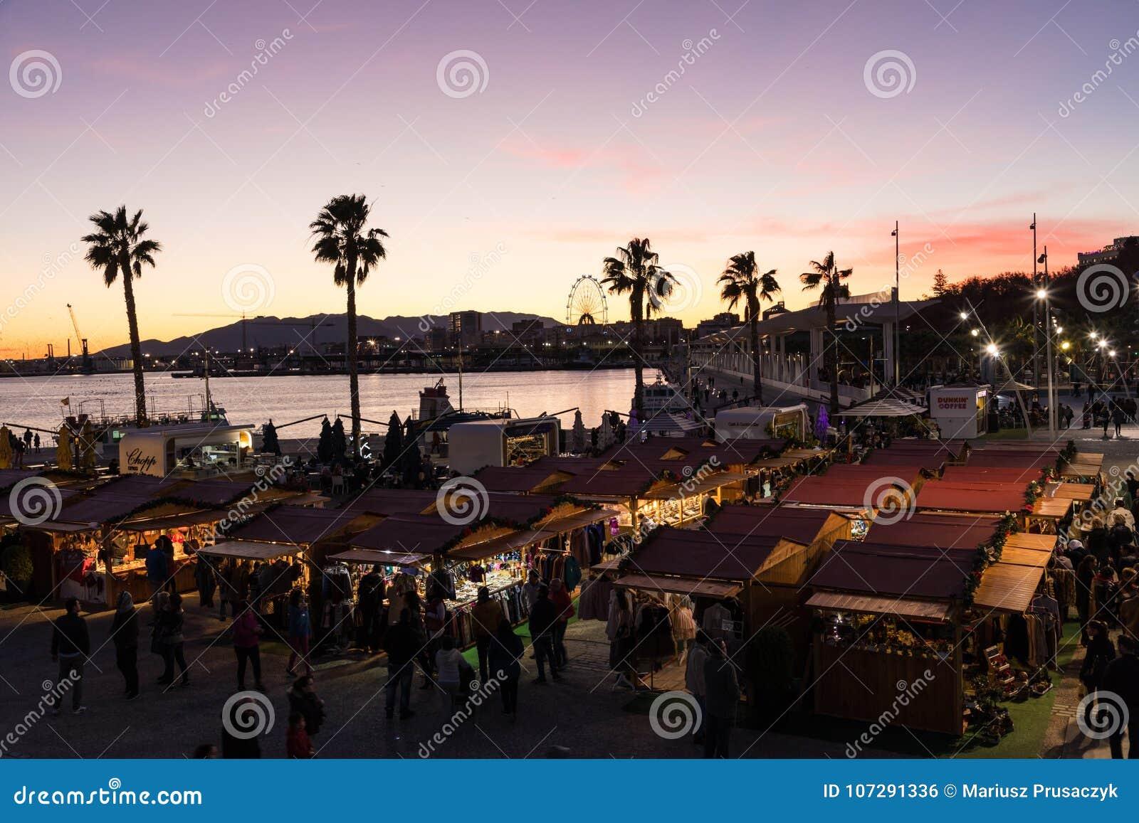 Bello cielo di tramonto nel porto del porticciolo nella città di Malaga Andalusi