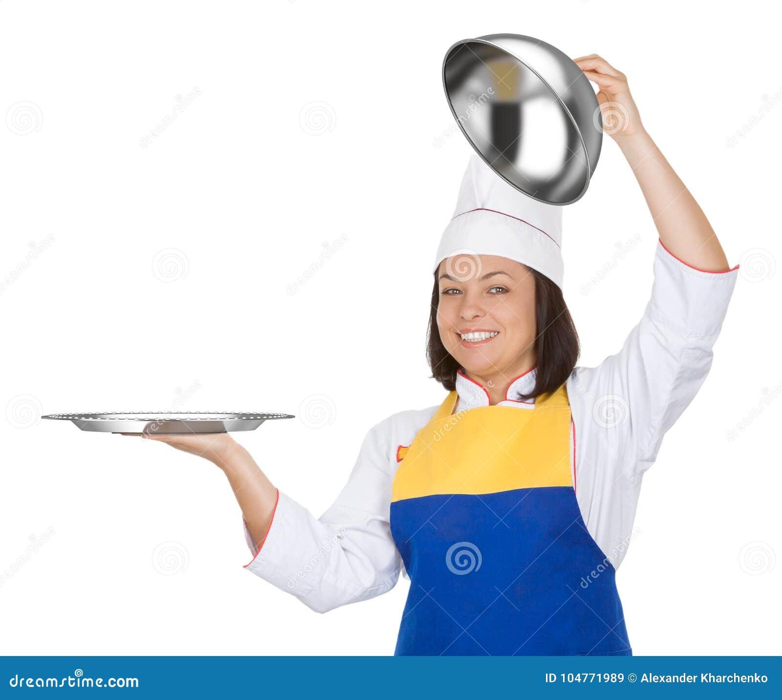 Bello cuoco unico della giovane donna con la campana di vetro del ristorante