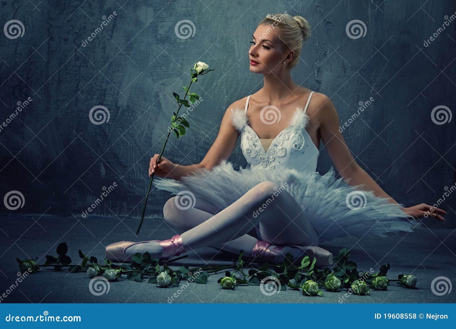 Bello danzatore di balletto con rose bianche.