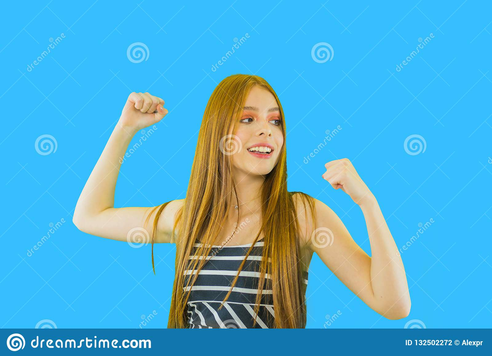 Bello deliziava la ragazza allegra e felice che grida con le armi alzate