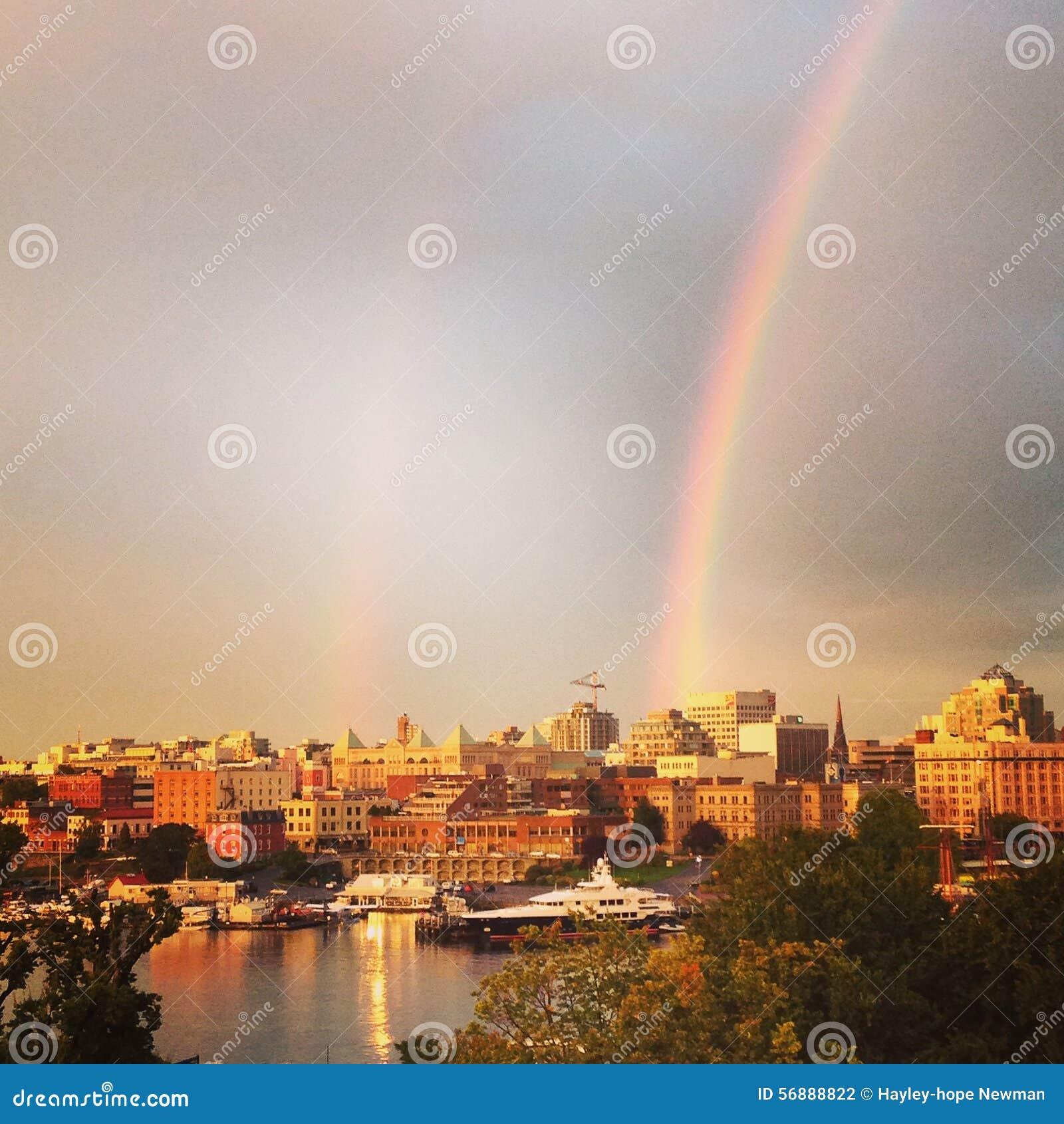Bello doppio arcobaleno sopra l isola di Victoria Canada