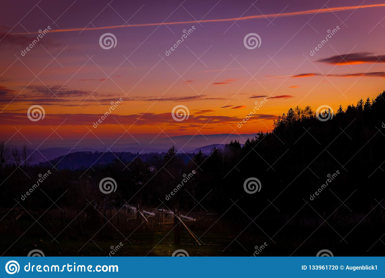 Bello e tramonto romantico nel paesaggio onirico della Stiria