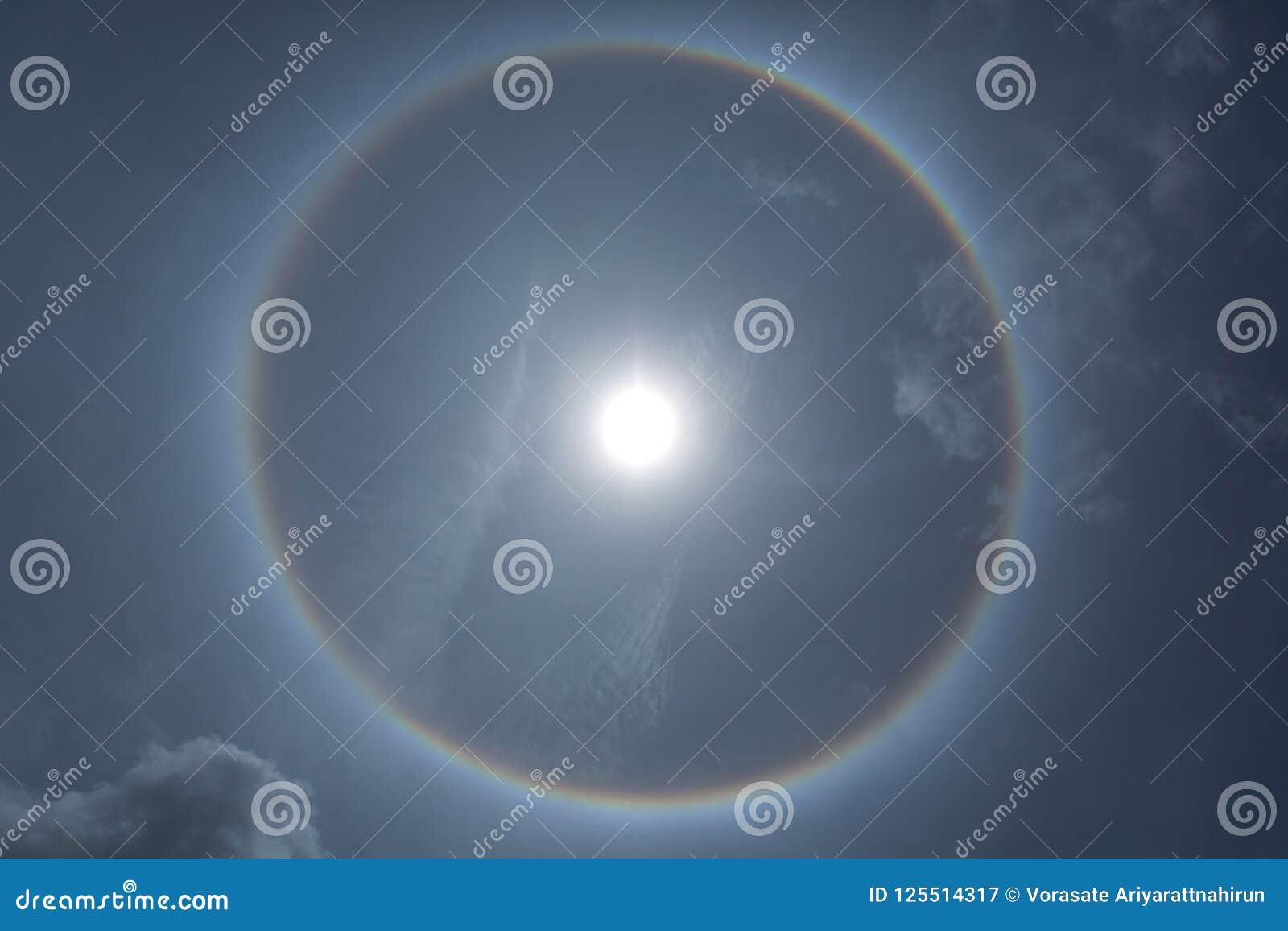 Bello fenomeno fantastico di alone del sole o il sole con la circolare