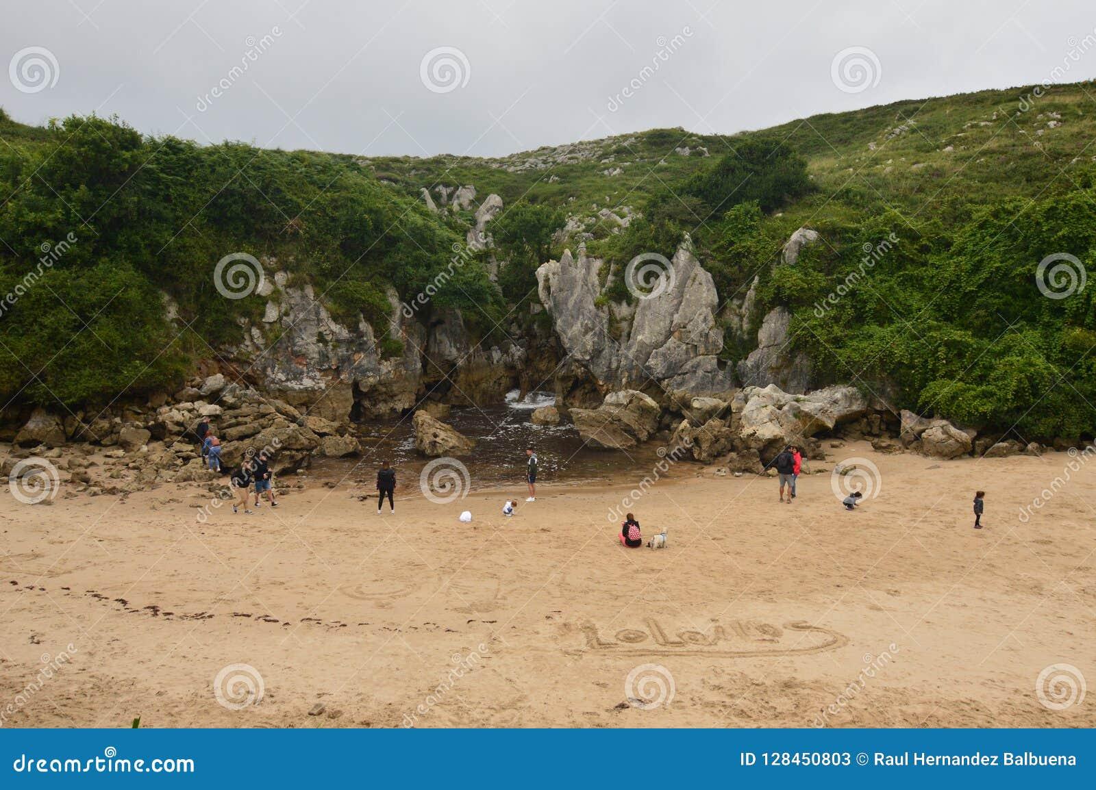 Bello Front Shot Of The Beach di Gulpiyuri nel Consiglio di Llanes Natura, viaggio, paesaggi, spiagge