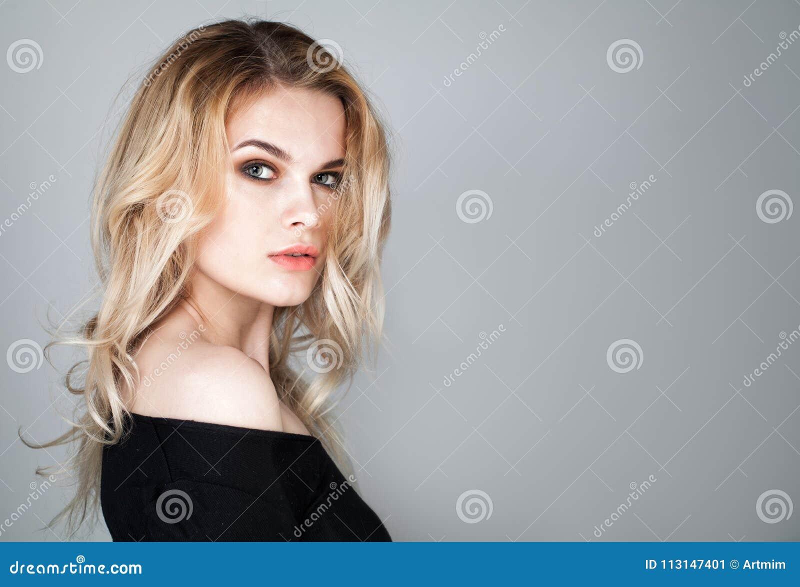 Bello fronte della giovane donna Ritratto del modello sveglio