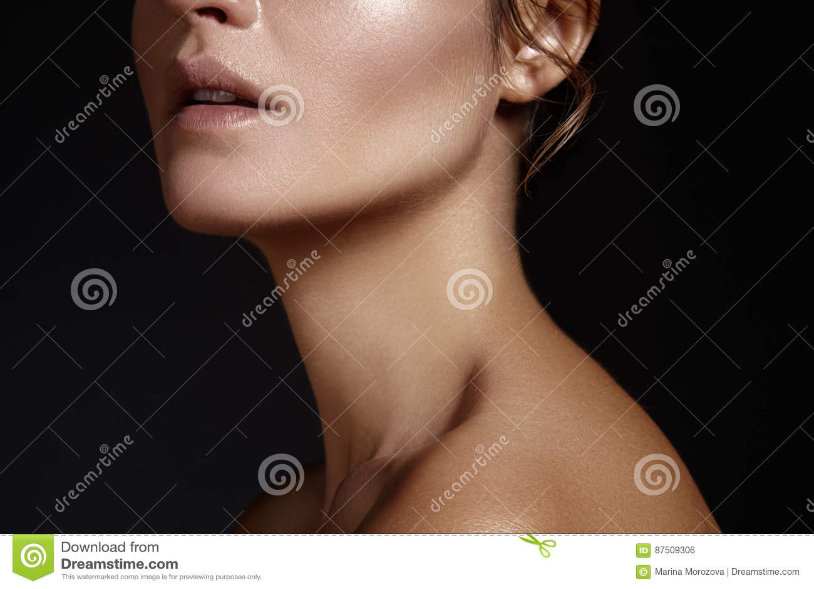 Bello fronte di giovane donna Skincare, benessere, stazione termale Pulisca la pelle molle, sguardo fresco sano Trucco quotidiano