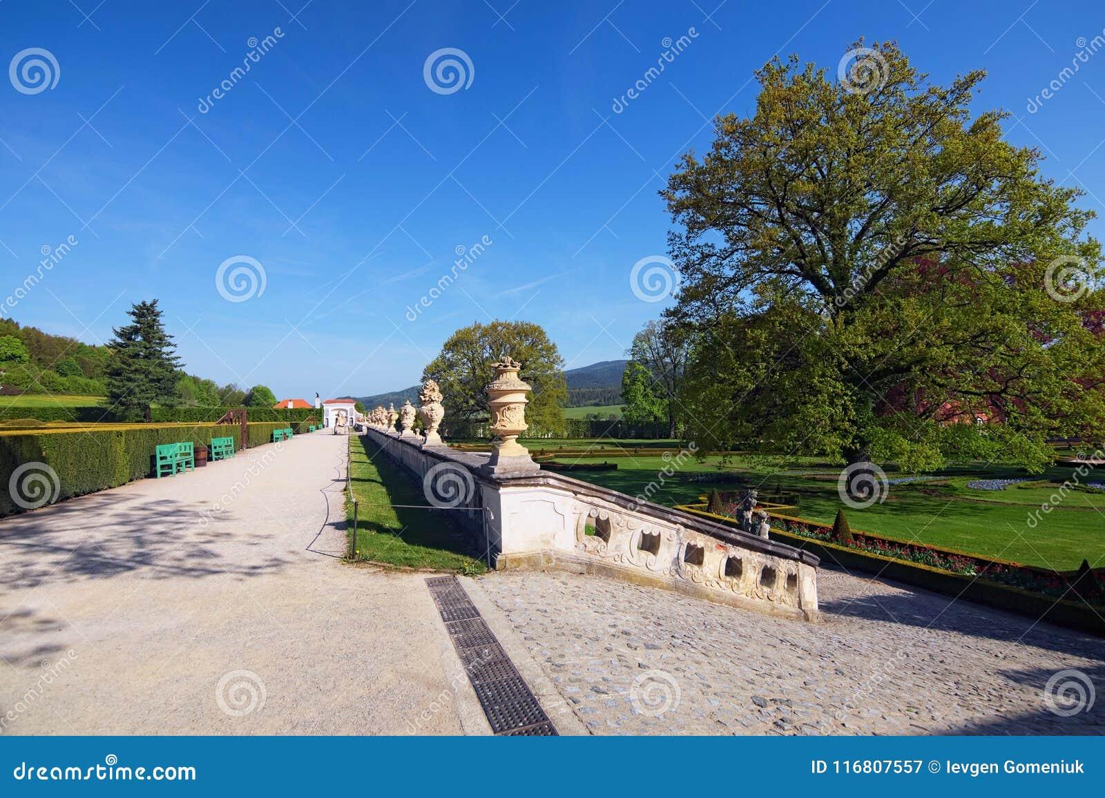 Bello giardino del castello di Cesky Krumlov, repubblica Ceca Sorgente mattina piena di sole Fuoco selettivo con il grandangolo