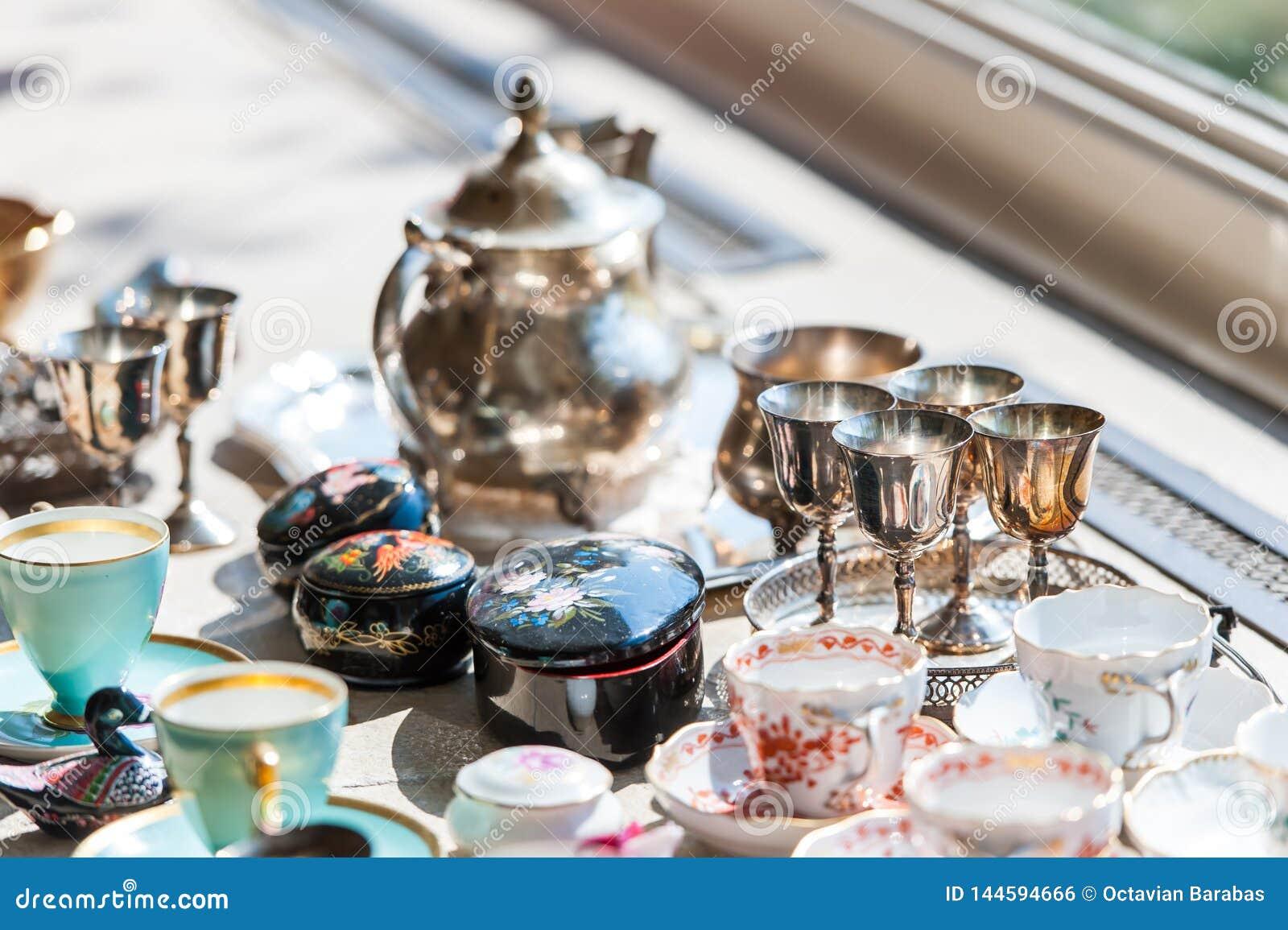 Bello insieme d annata delle tazze e dei piattini in porcellana ed argento