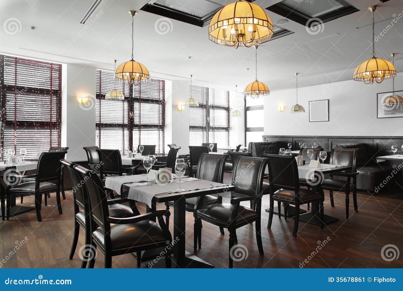 Bello interno del ristorante moderno