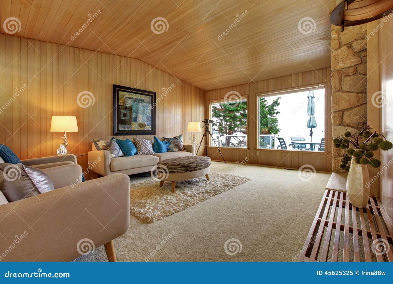 Bello interno della casa con la disposizione di legno for Disposizione della casa aperta
