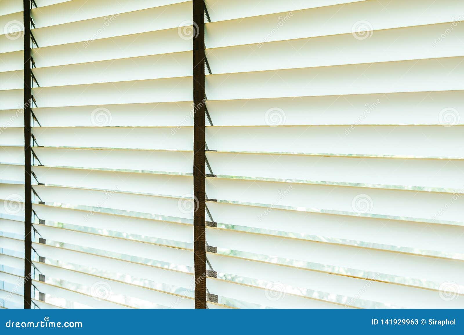 Bello interno della decorazione della finestra dei ciechi di stanza