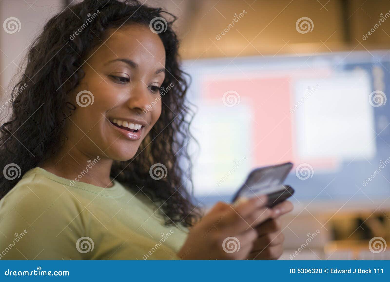 Download Bello Invio Di Messaggi Di Testo Della Donna Di Colore Fotografia Stock - Immagine di scrittorio, accesso: 5306320