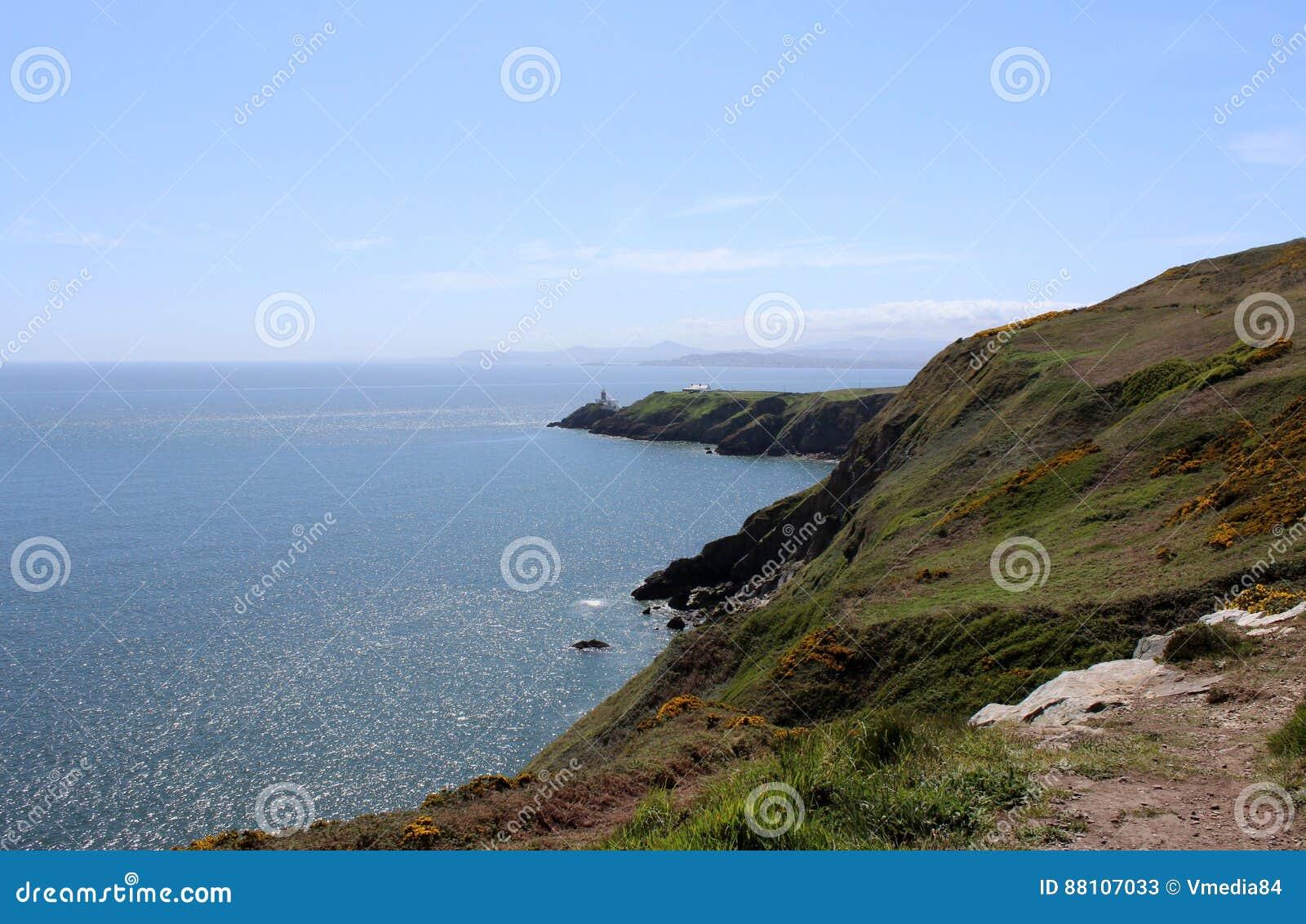 Bello mare, Howth, Dublin Bay, l Irlanda, rocce, scogliera e pietre