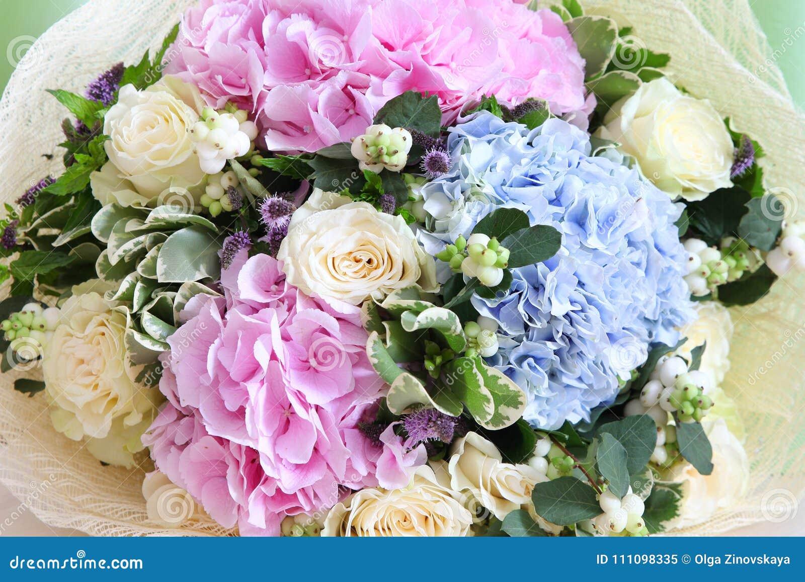 Mazzo Di Fiori Con Ortensie.Bello Mazzo Dei Fiori Con Le Rose E Le Ortensie Immagine Stock