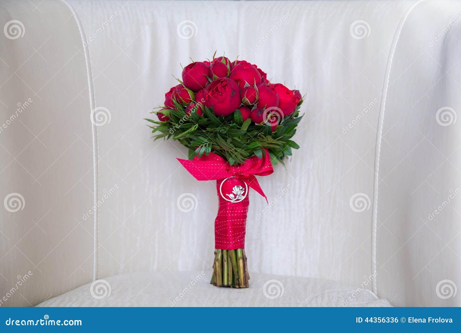 Bello mazzo di nozze delle rose rosse