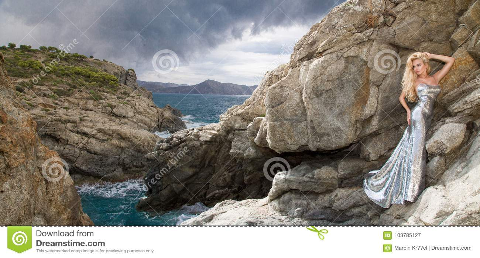 Bello, modello biondo sexy in un vestito elegante su Santorini