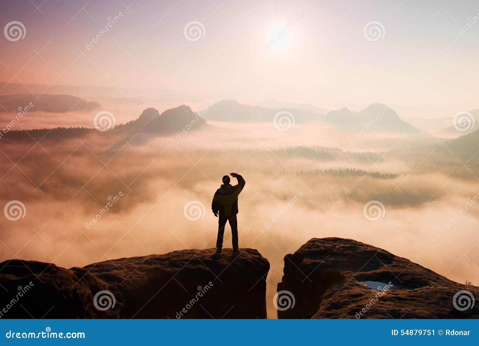Bello momento il miracolo della natura L uomo sta sul picco della roccia dell arenaria in parco nazionale Sassonia Svizzera e gua