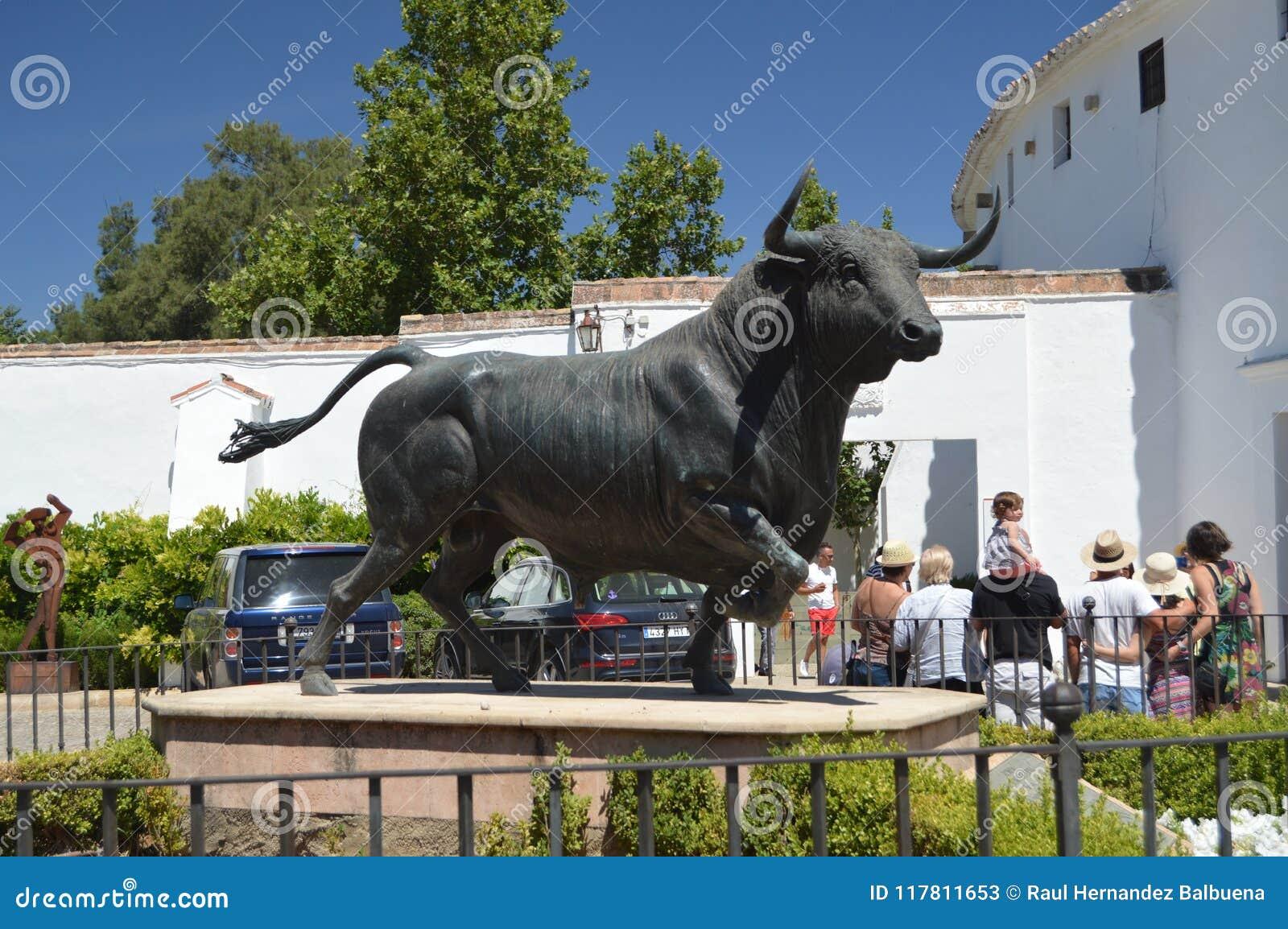 Bello monumento al toro nell arena di Ronda