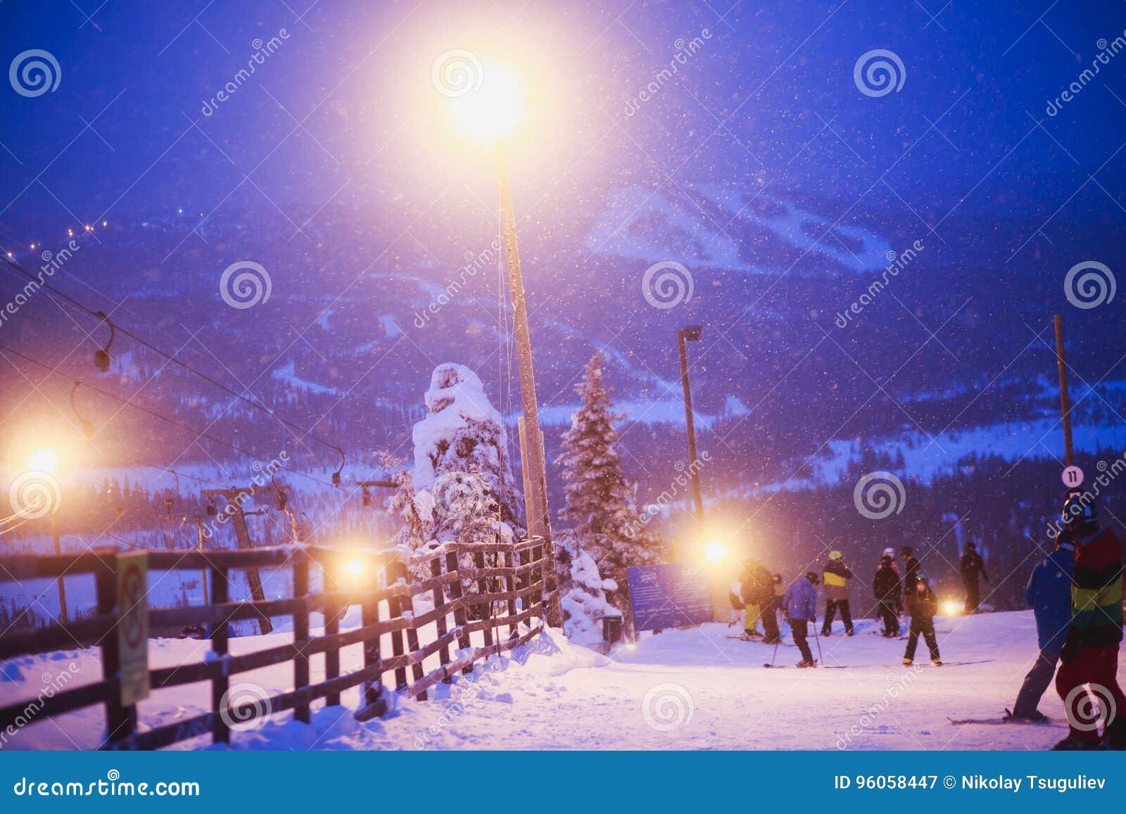 Bello Mountain View freddo della stazione sciistica, giorno di inverno soleggiato con il pendio