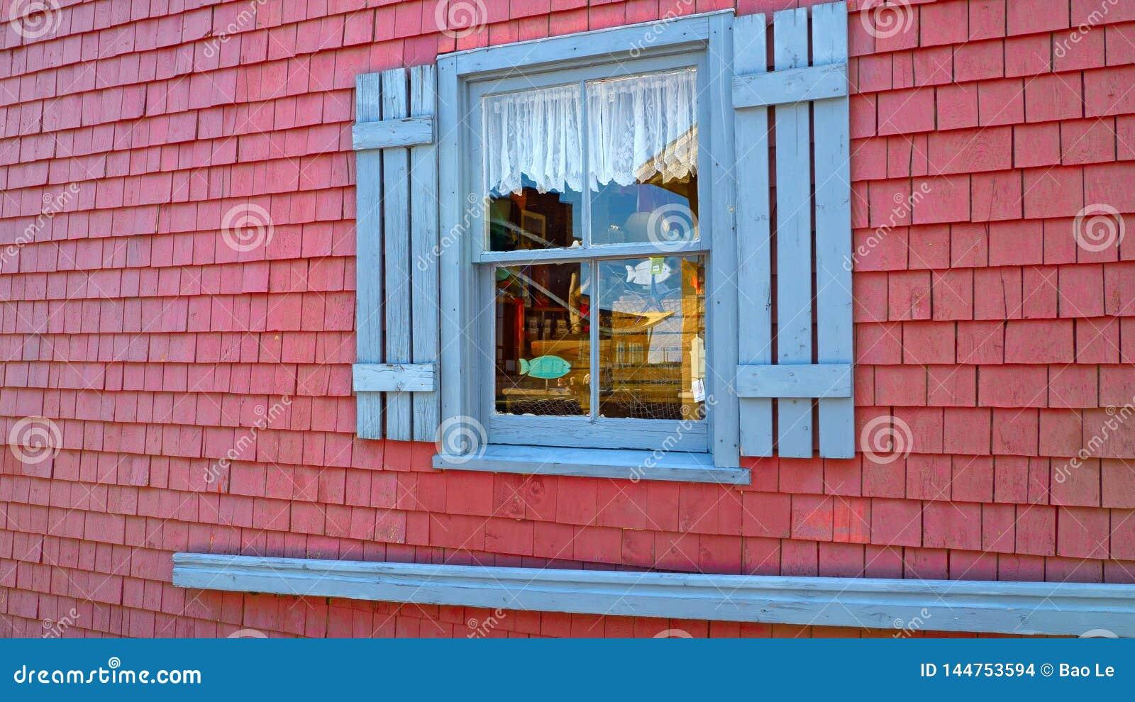 Bello negozio con una finestra blu di estate a Charlottetown, Canada