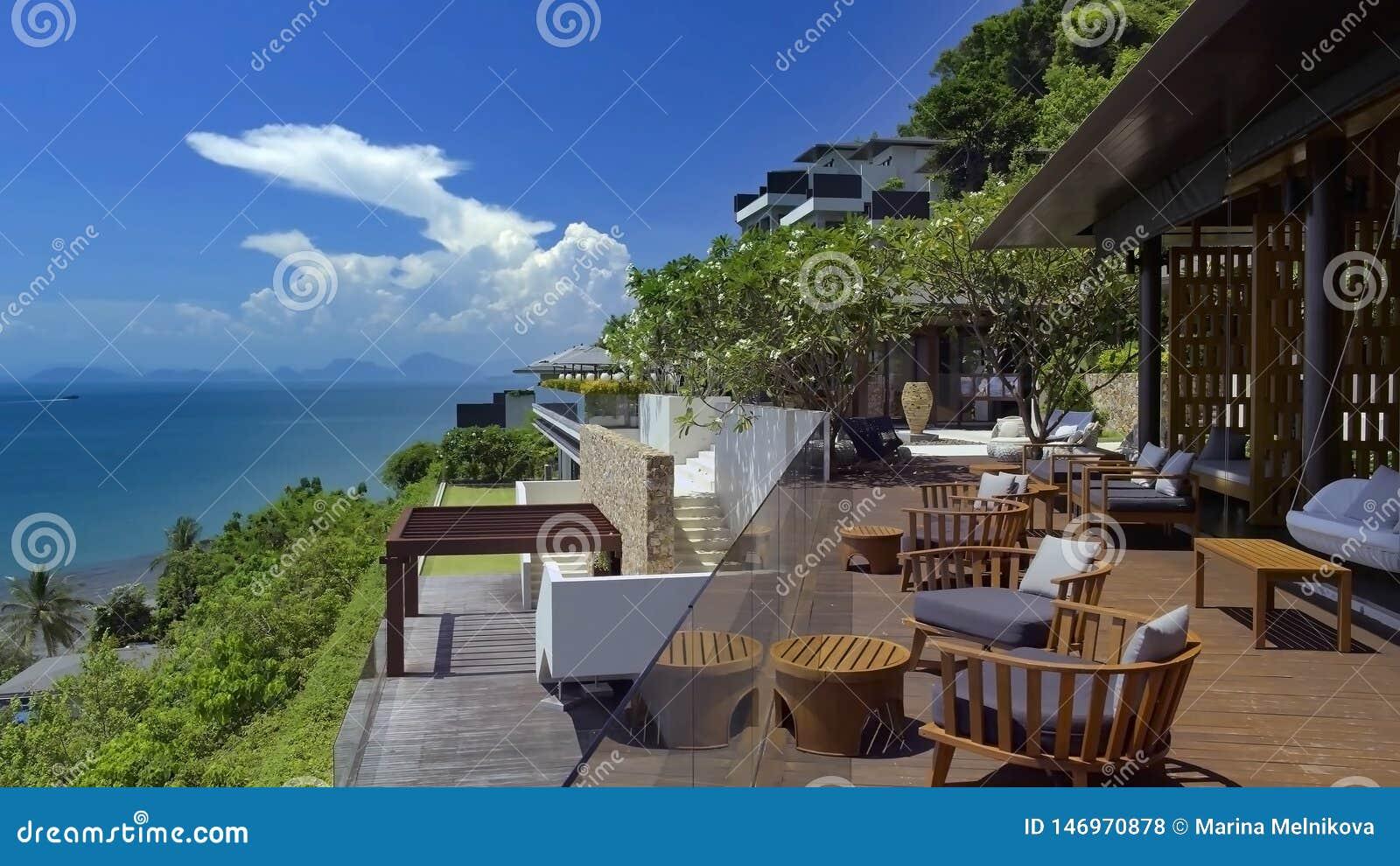 Bello paesaggio con il cielo, gli alberi verdi e l hotel