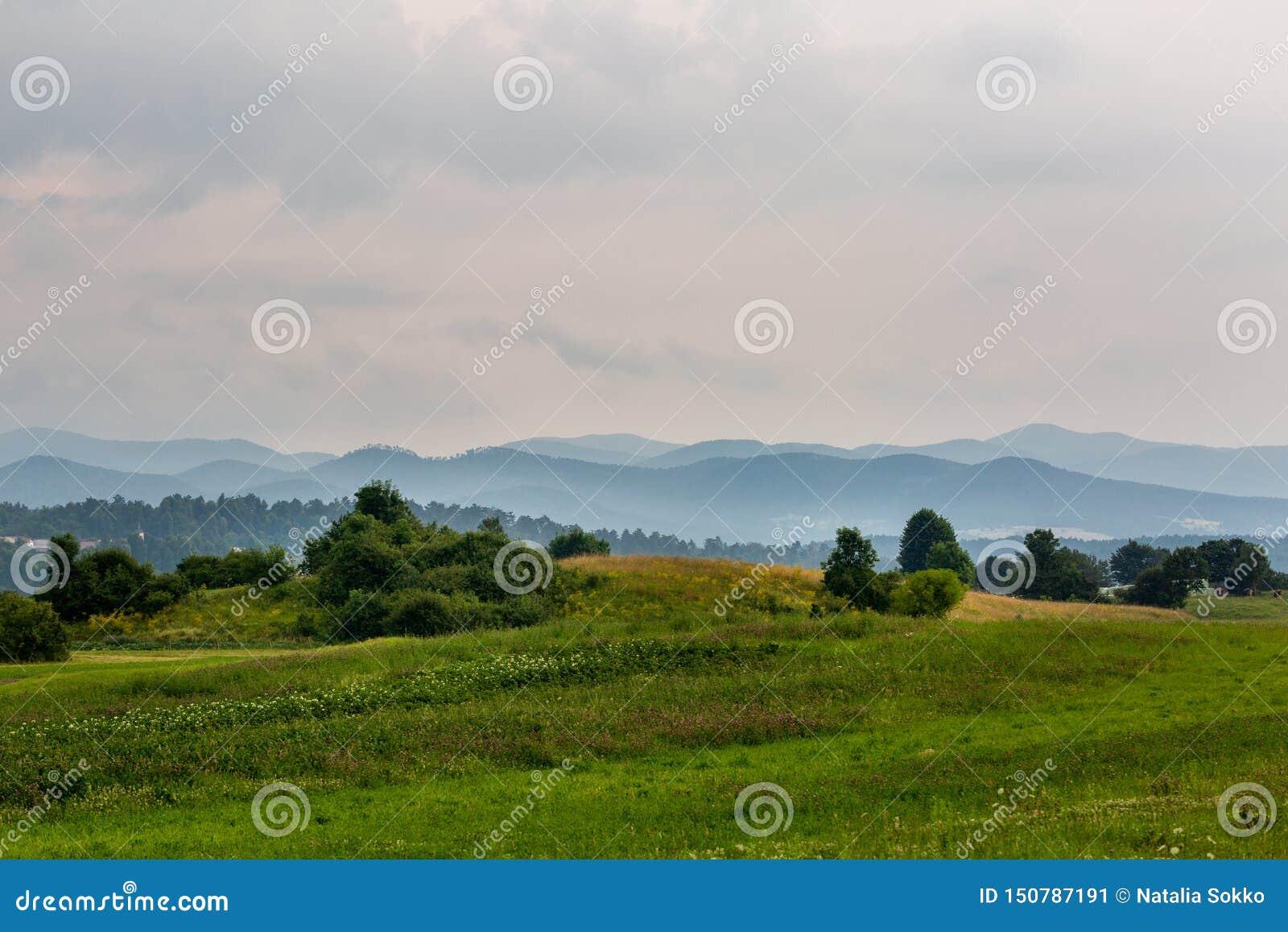 Bello paesaggio con le colline