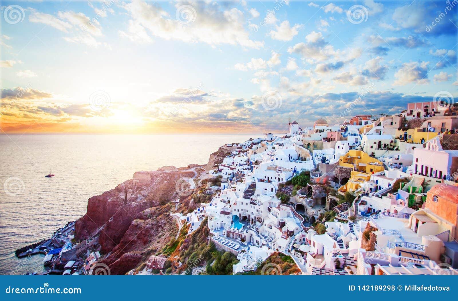 Bello paesaggio dell isola di Santorini con il mare, il cielo e le nuvole Città di OIA, punto di riferimento della Grecia