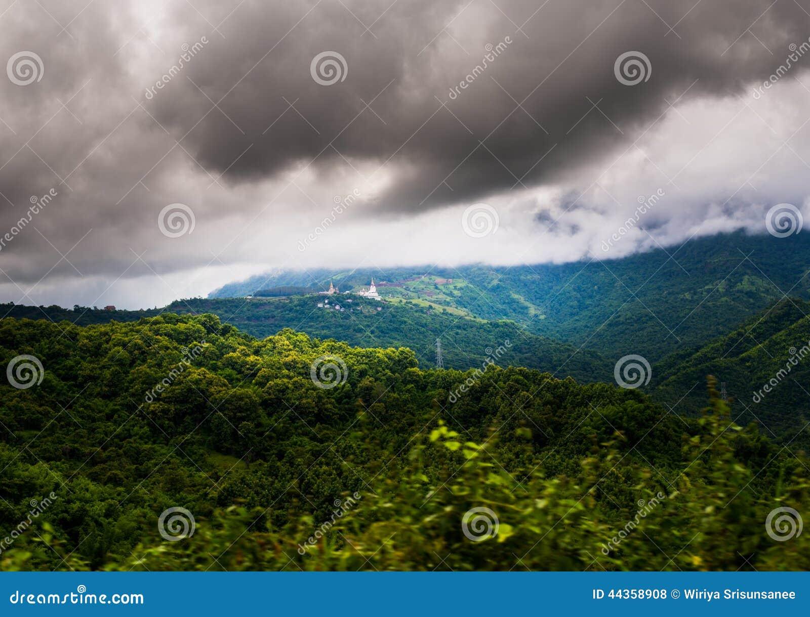 Bello paesaggio della montagna tropicale