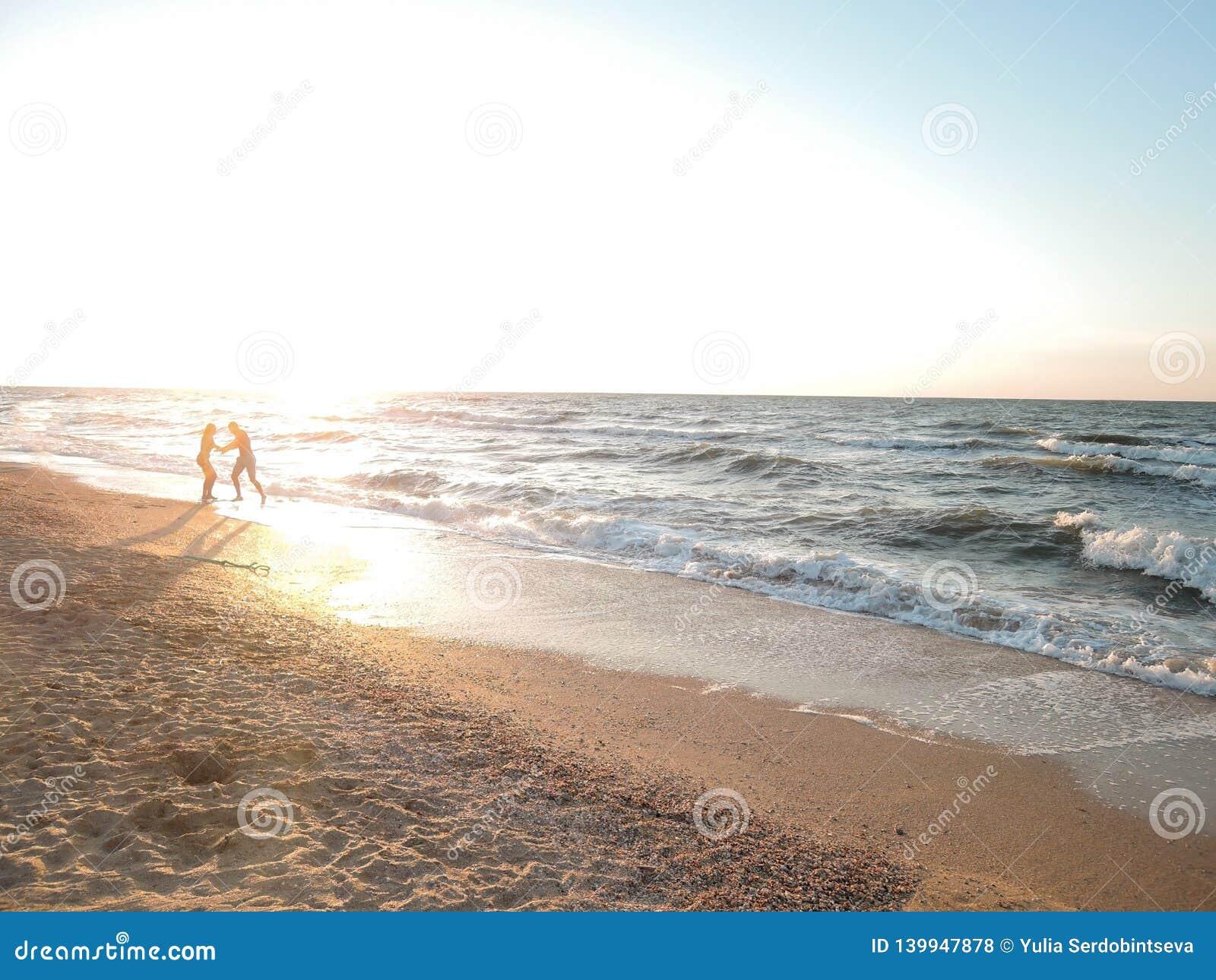 Bello paesaggio della riva di mare durante il tramonto Concetto della luna, della felicità e dell amore del miele