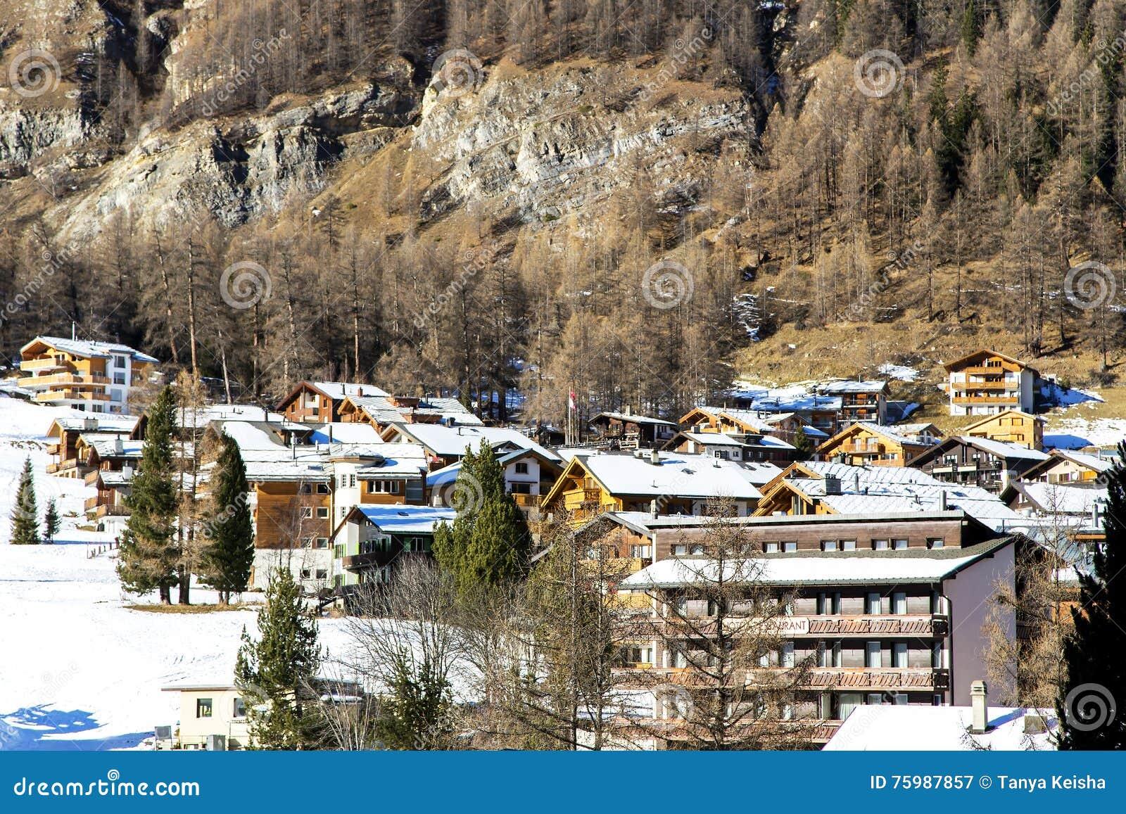 ... di inverno alla località di soggiorno di montagna nella tassa di Saas