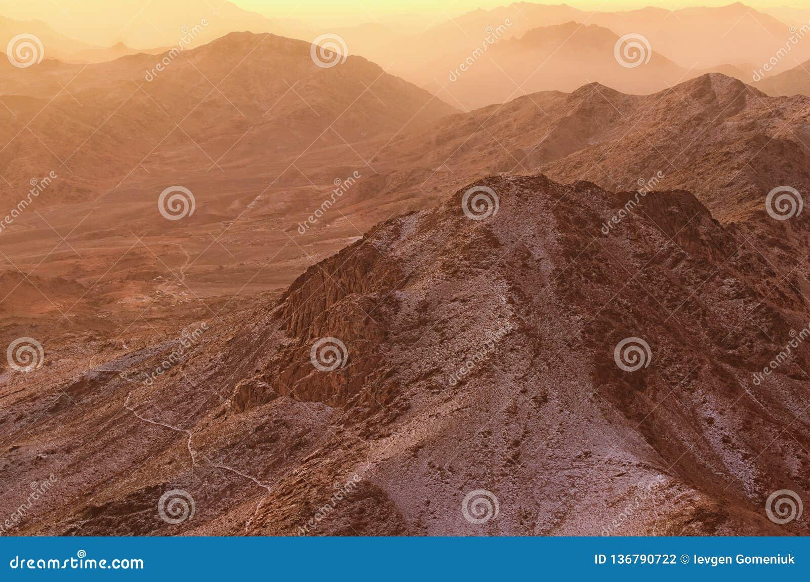 Bello paesaggio nelle montagne ad alba Vista di stupore dal supporto Horeb, Gabal Musa, Moses Mount di monte Sinai