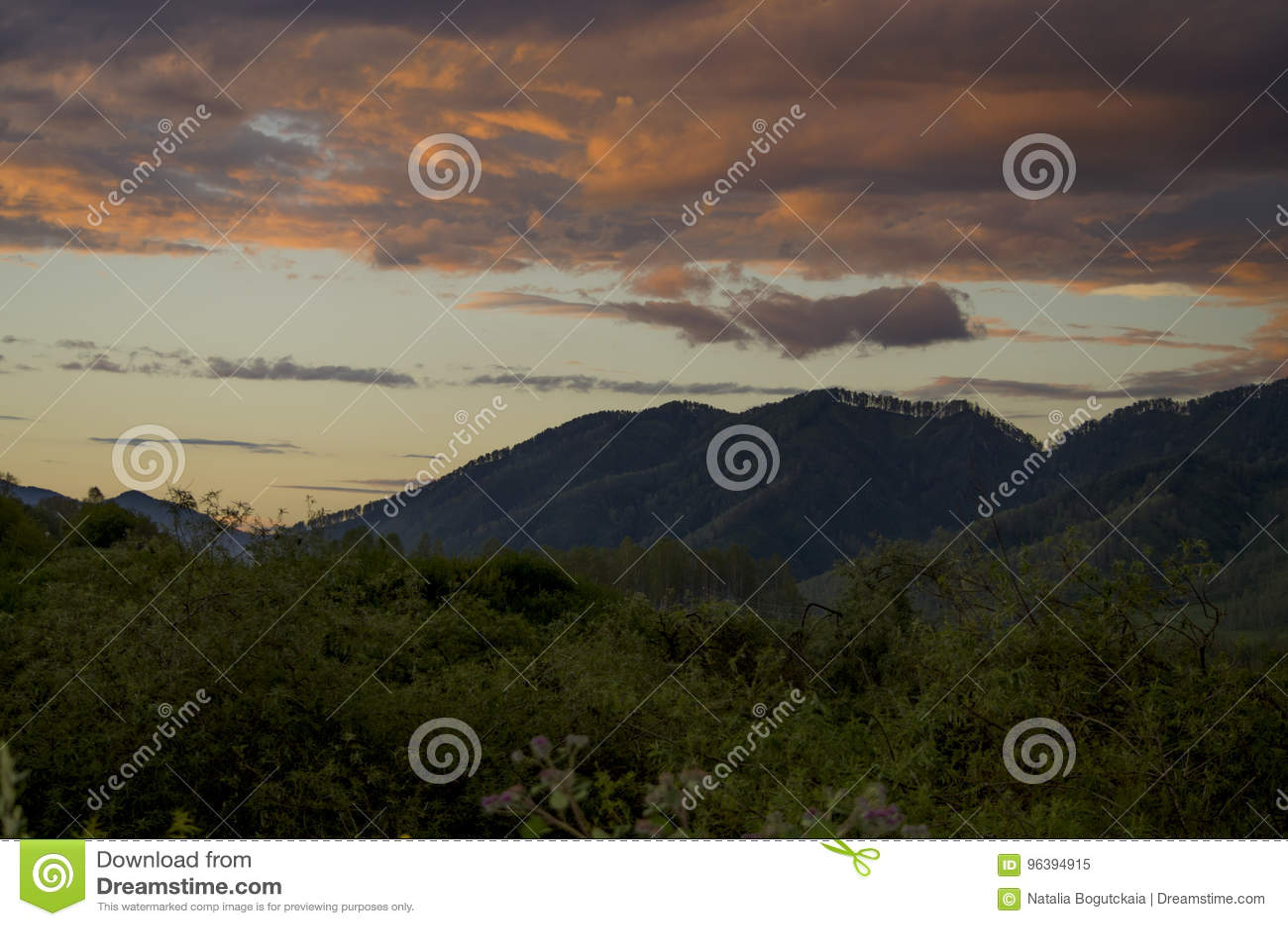 Bello paesaggio un tramonto in montagne