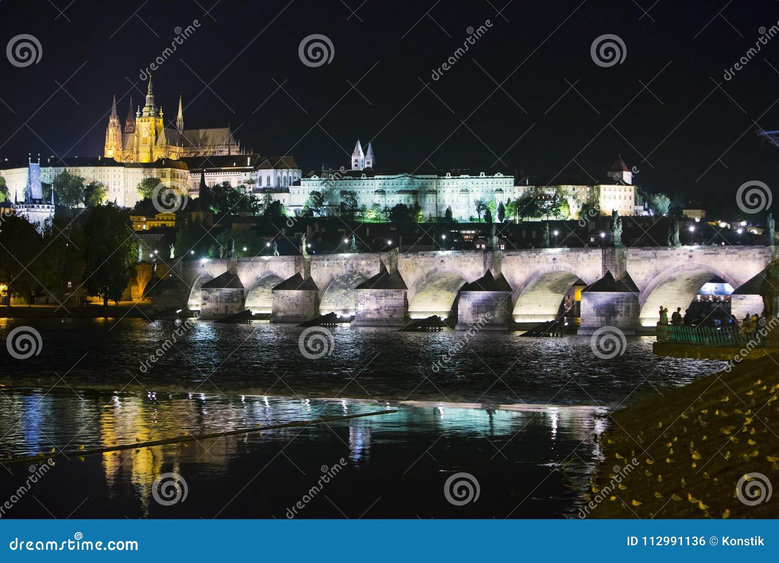 Bello paesaggio urbano di Praga alla notte con Charles BridgeKarluv Most sopra il castello del fiume e di Praga della Moldava, re
