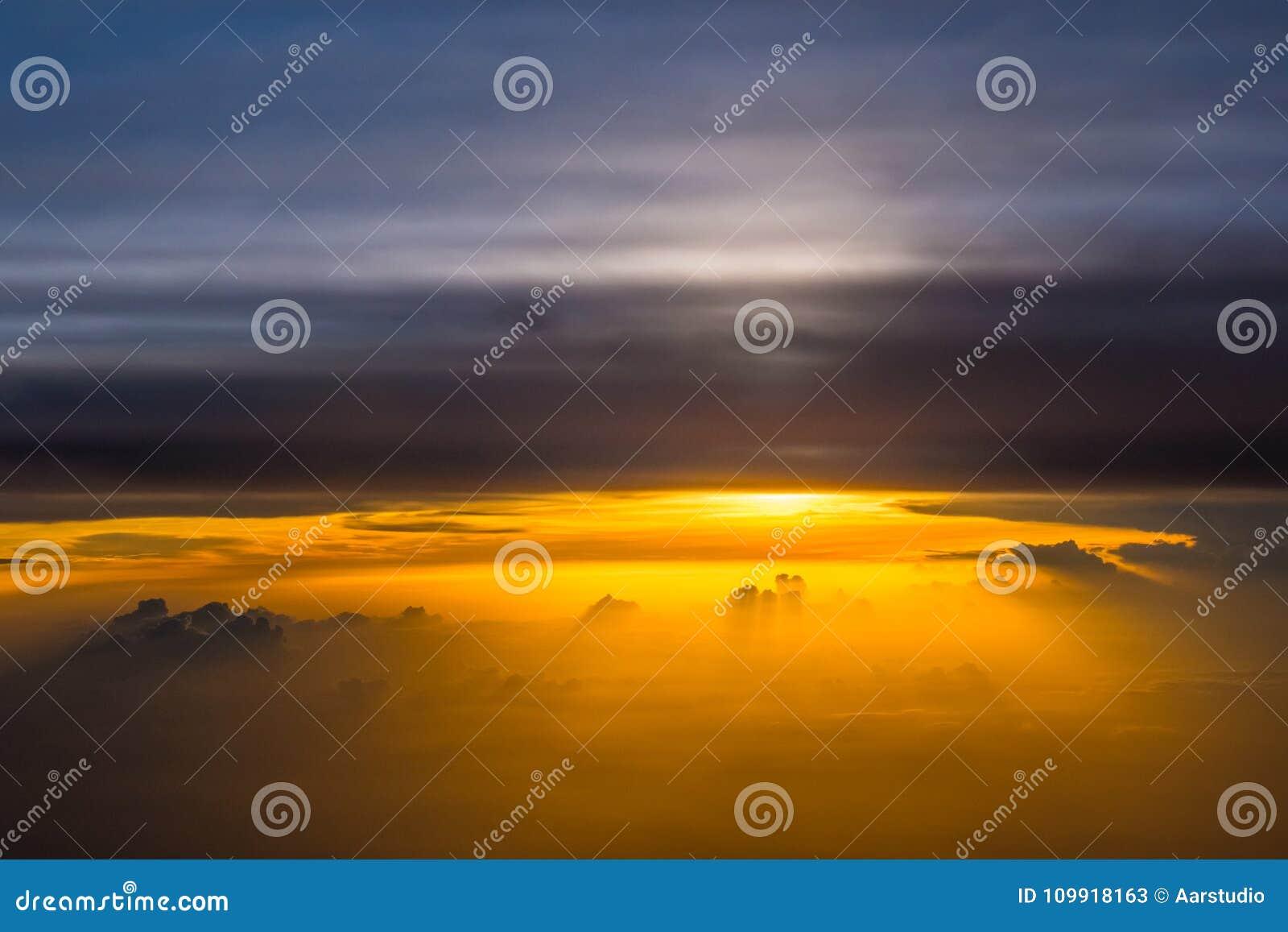 Bello panorama di alba di tramonto sopra le nuvole