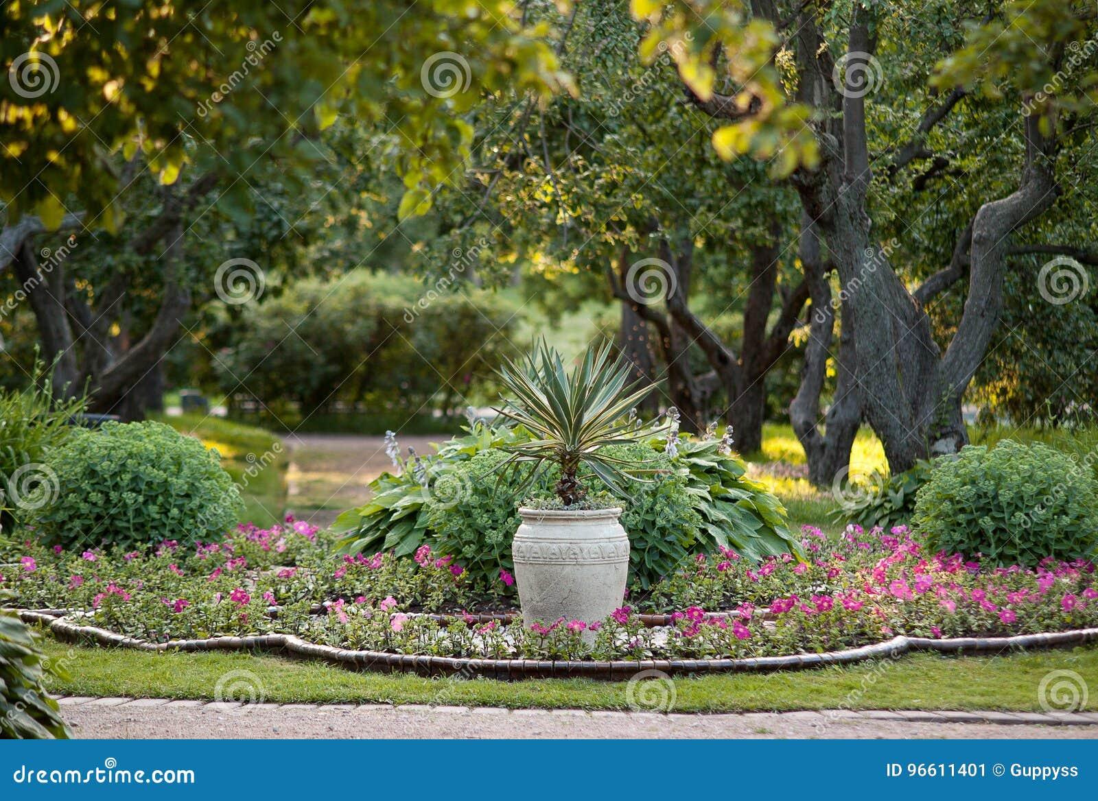 Bello, parco ben tenuto di estate