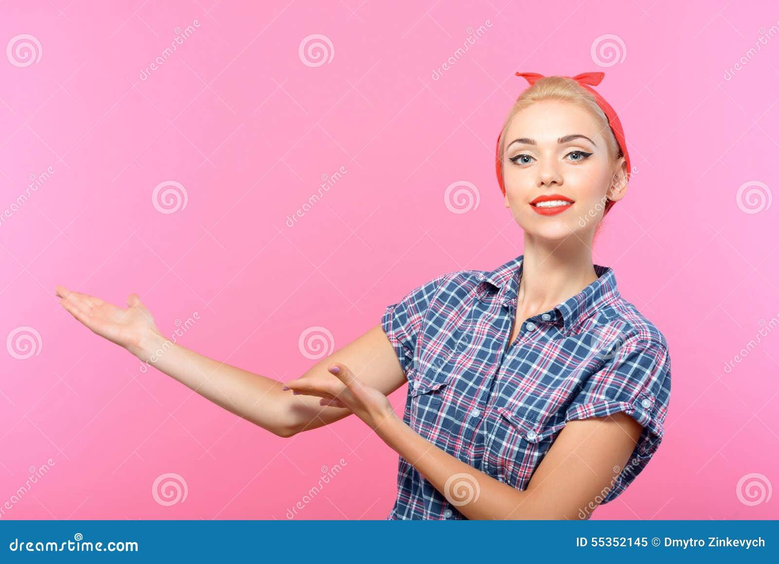 Bello perno sulla ragazza isolata sul rosa