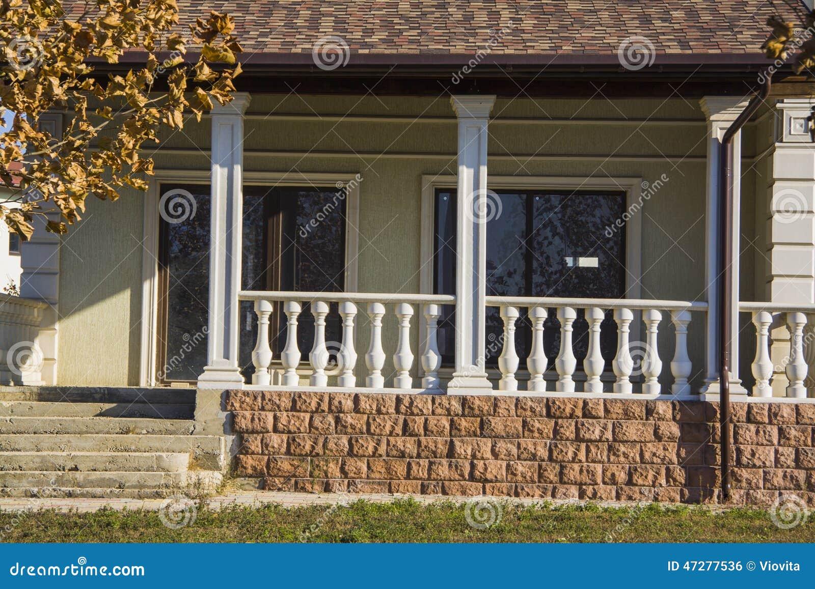 Bello portico con le scale della casa di lusso fotografia - Scale di casa ...