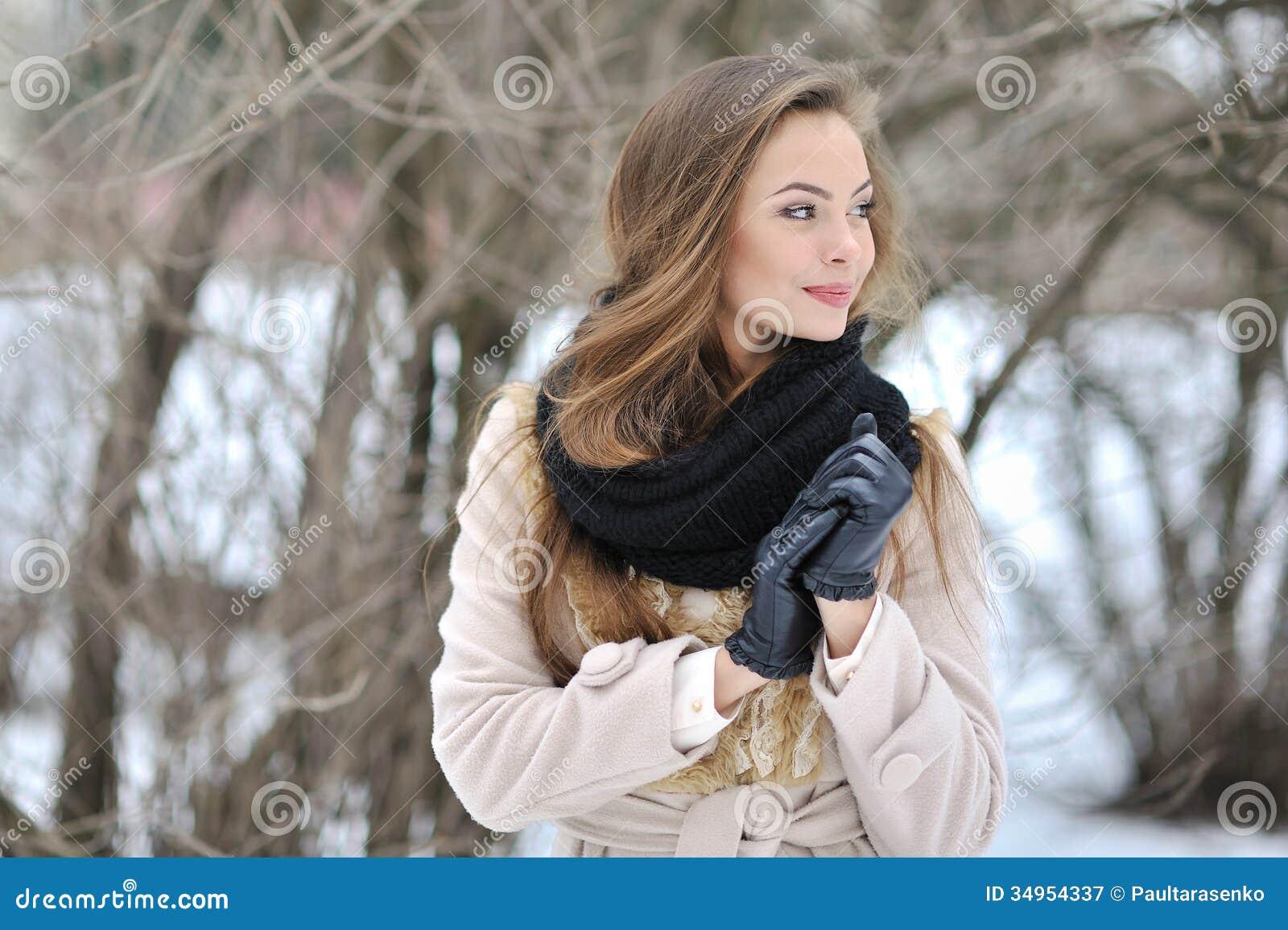 Bello profilo della donna - ritratto alto vicino