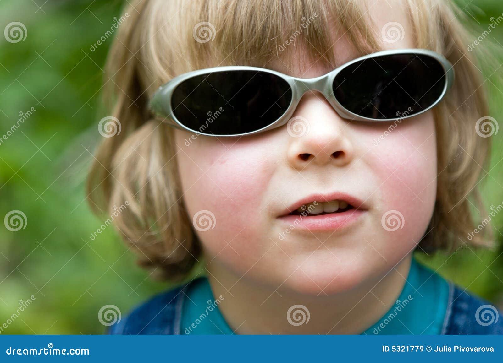 Download Bello Ragazzo Divertente Biondo Con Gli Occhiali Da Sole Immagine Stock - Immagine di bambini, poco: 5321779