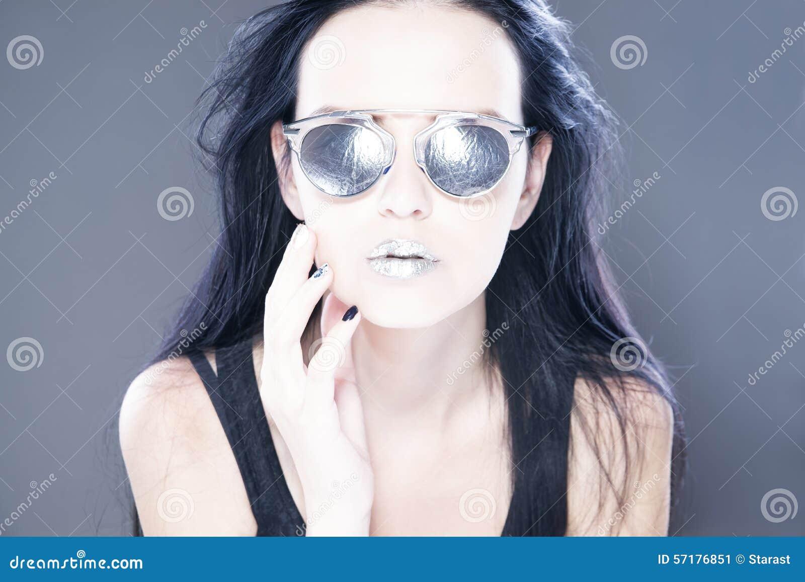 Bello ritratto del modello di moda della donna in occhiali da sole con le labbra d argento metalliche L acconciatura creativa e c