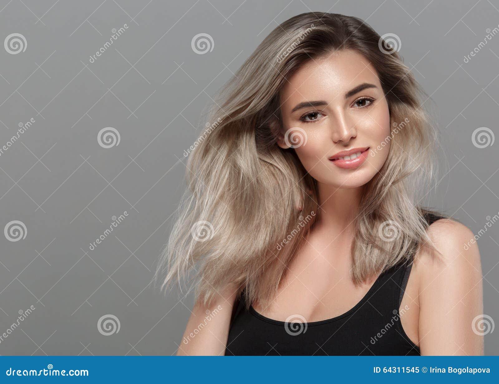 Popolare Bello Ritratto Della Giovane Donna Che Sorride Posando Biondo  HT69