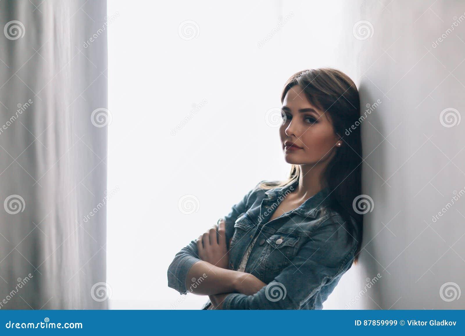 Bello ritratto della giovane donna con le armi attraversate