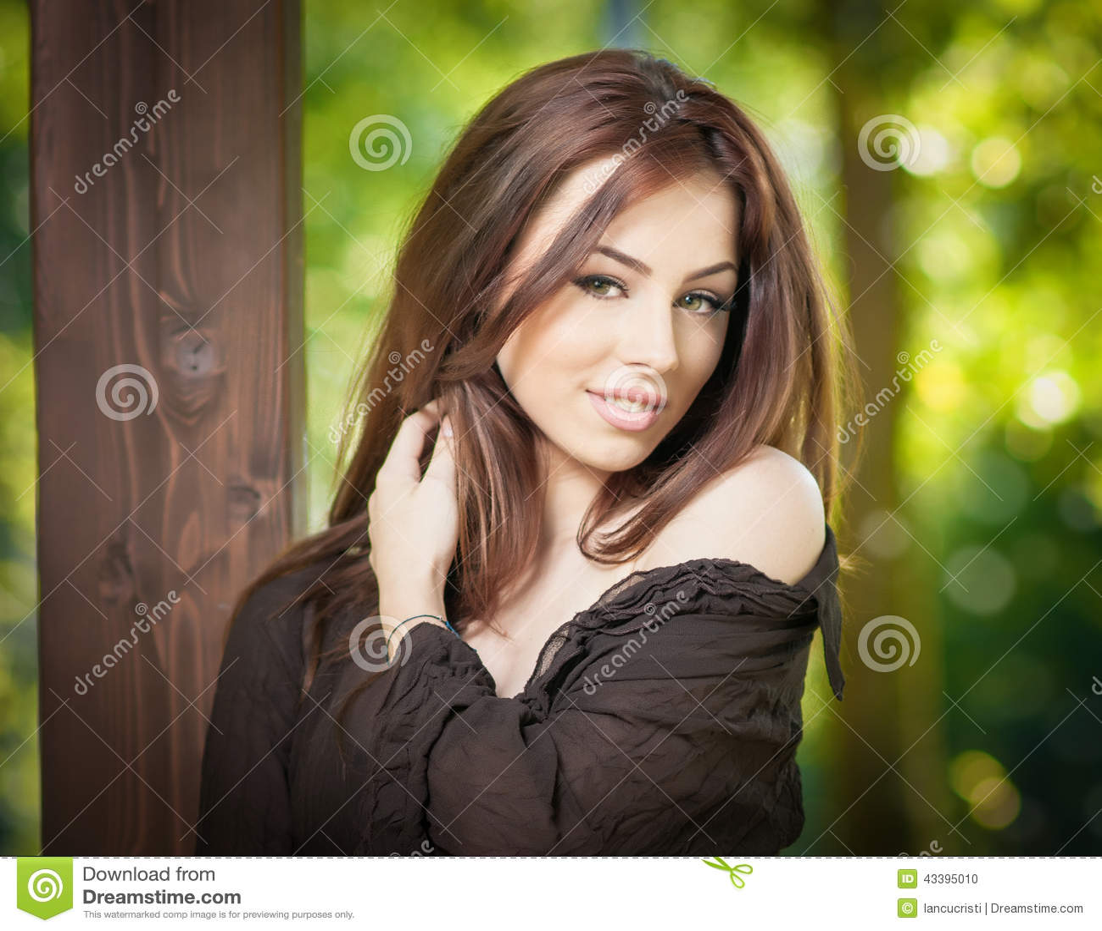 Bello ritratto femminile con capelli marroni lunghi all aperto Castana naturale genuino con capelli lunghi in parco Donna attraen
